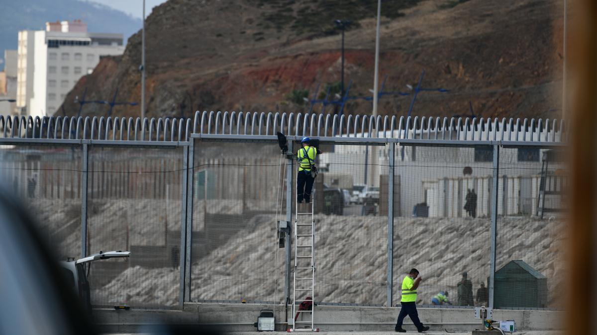 Operarios reparan la valla de Ceuta