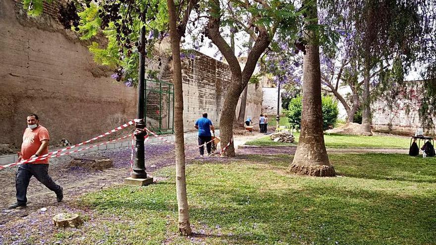 El Ayuntamiento de Palma del Río adecenta el jardín interior de la muralla
