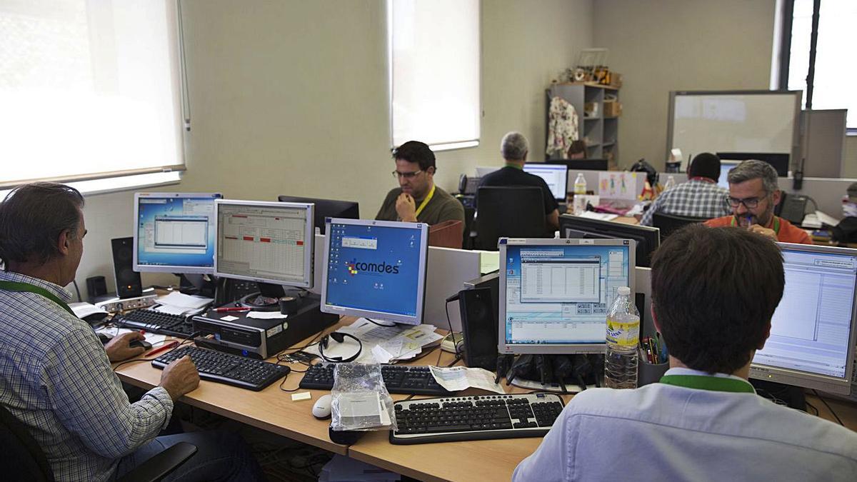 Informáticos trabajan en el Centro  de Seguridad TIC de la Comunitat Valenciana en 2017.    F. BUSTAMANTE