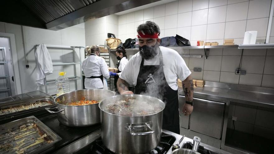 Cocineros de Ibiza preparan platos para quienes no tienen nada en Nochebuena