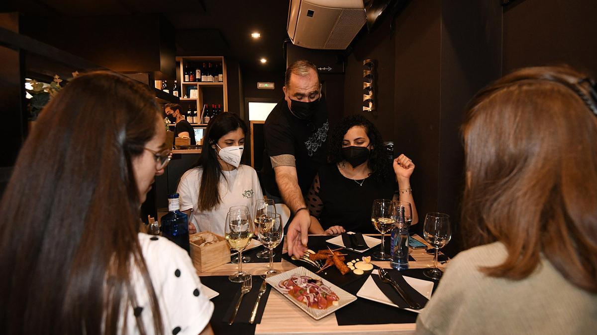 Comensales en un restaurante de Pontevedra.