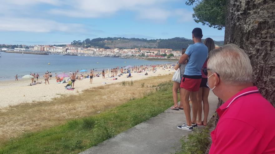 Socorristas de Rodeira piden a los bañistas salir del mar por presencia de arroaces