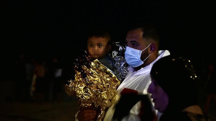 Noche de tensión en Ceuta por la entrada de miles de inmigrantes