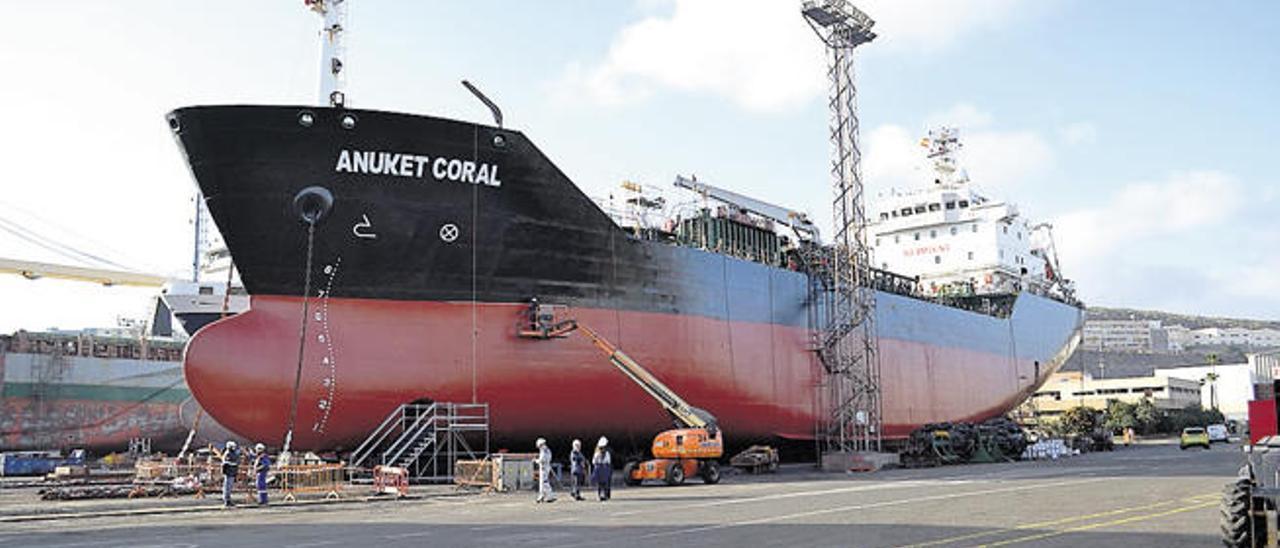 El 'Anuket Coral', un petrolero de 101 metros de eslora, en las instalaciones de Astican.