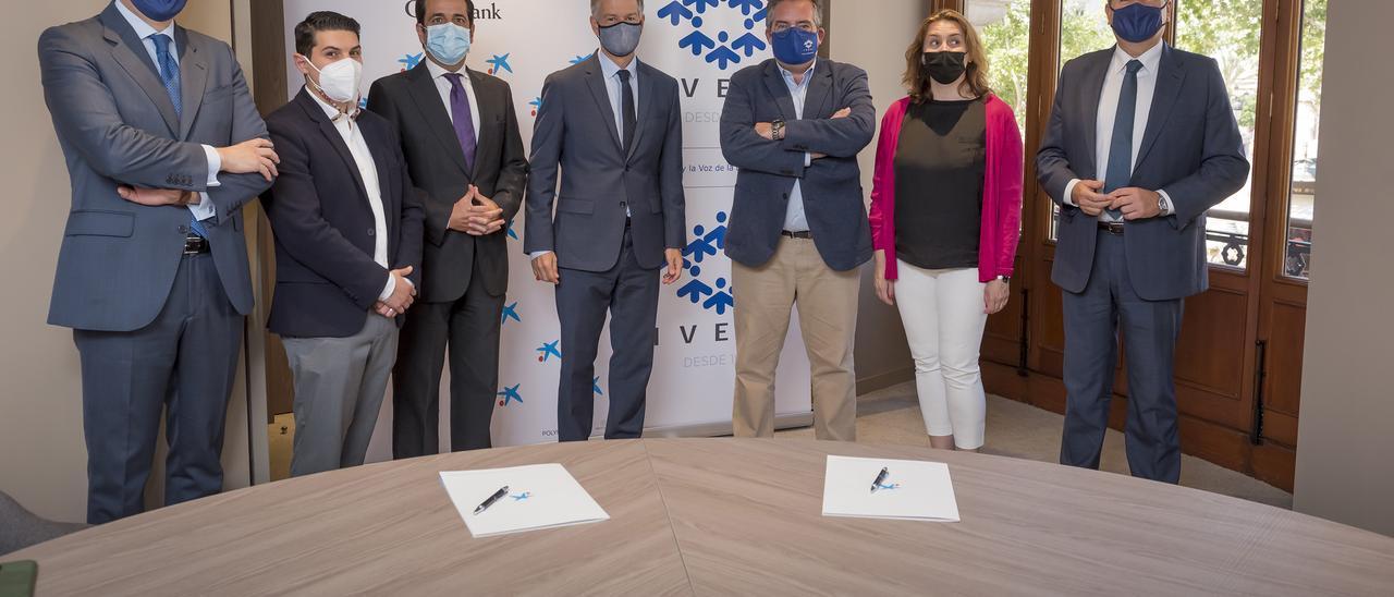 Los asistentes a la firma del convenio