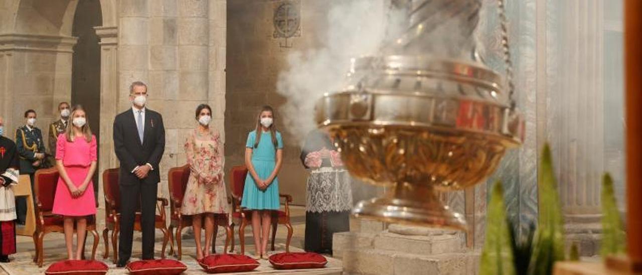 La familia real observa el funcionamiento del botafumeiro en la catedral de Santiago al concluir la Ofrenda al Apóstol.     // EFE/BALLESTEROS