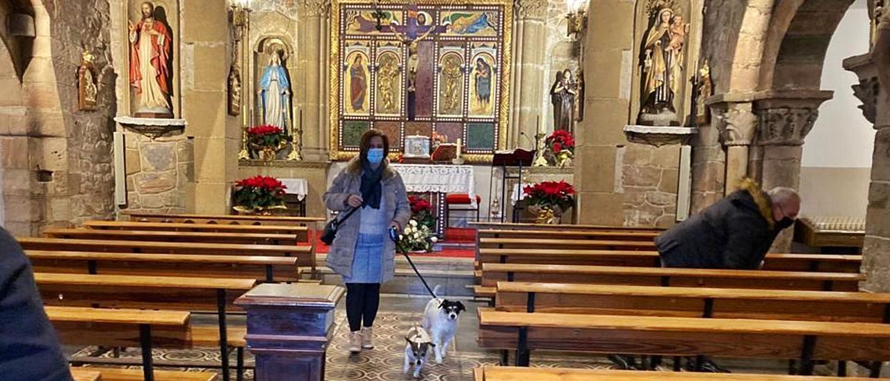 """Luz Carmen Padilla saliendo de misa con sus perras """"Pepa"""" y """"Lola""""."""