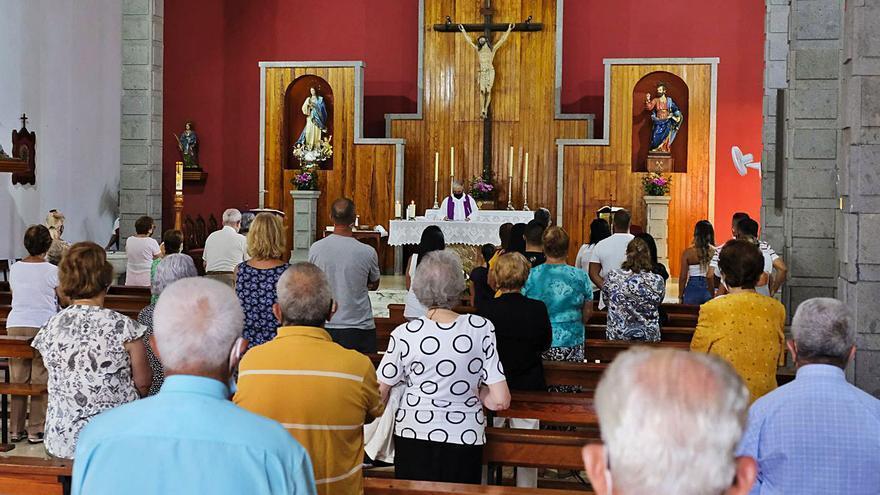 Unas cien personas arropan a la familia en el funeral de Sandokán
