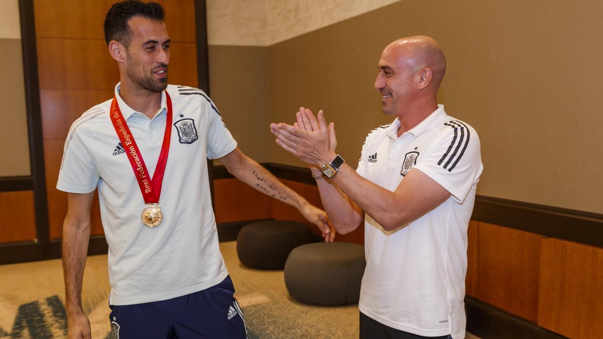 El presidente de la RFEF, Luis Rubiales, entrega al capitán de la selección española de fútbol, Sergio Busquets, una medalla por sus 100 partidos con 'la Roja'.