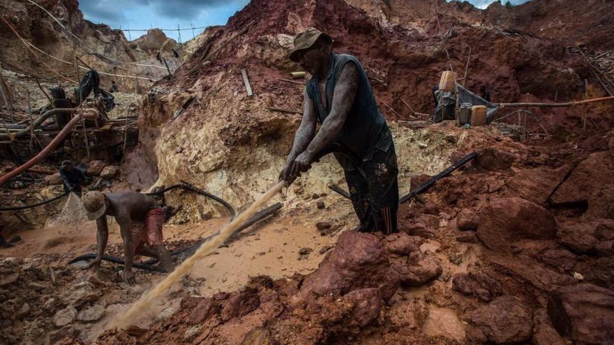 Al menos tres muertos y cinco desaparecidos en una mina en Indonesia