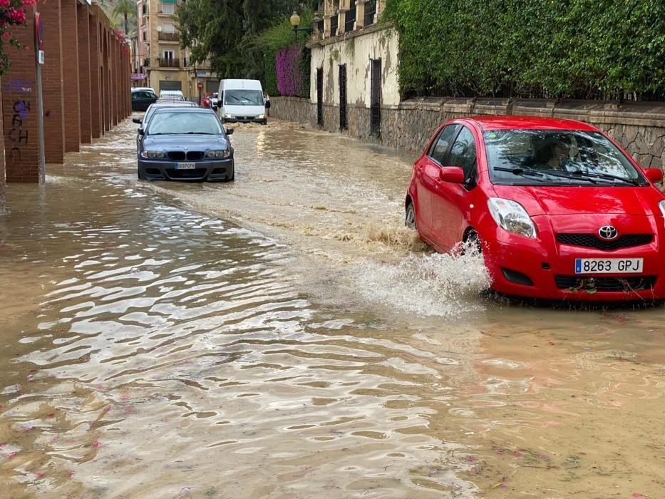 Calles anegadas por la lluvia en el barrio del Rabaloche de Orihuela