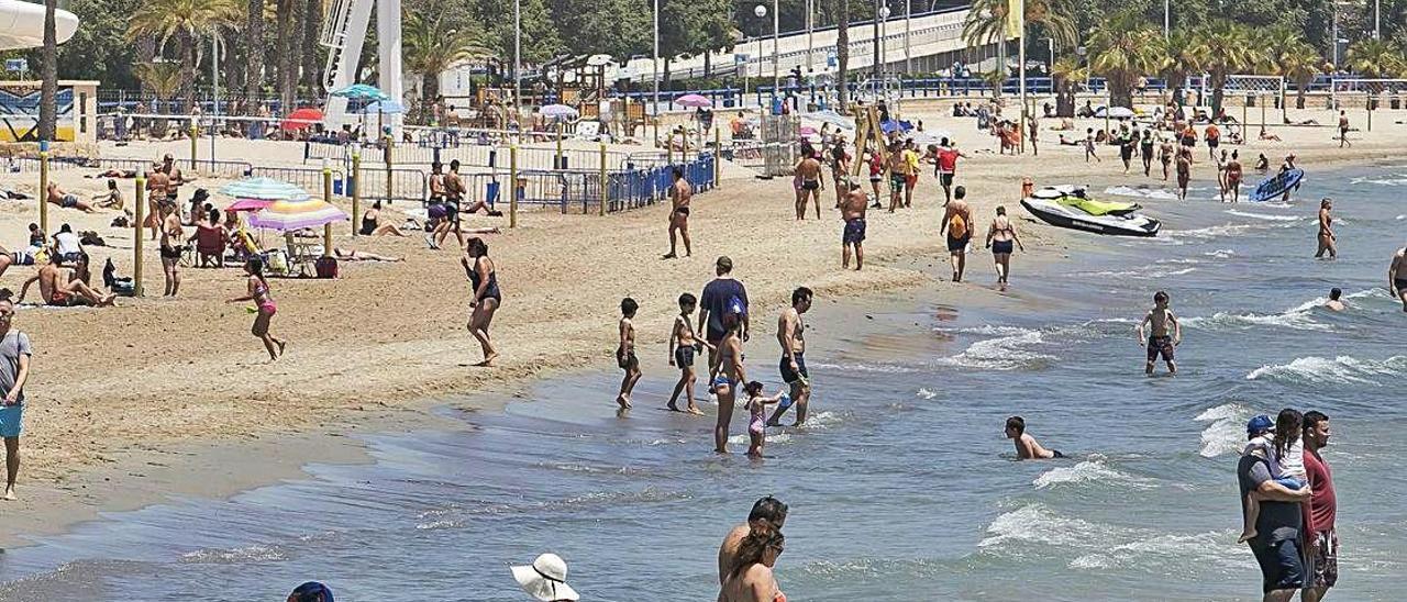 Playa del Postiguet en Alicante, que mantiene la bandera azul.