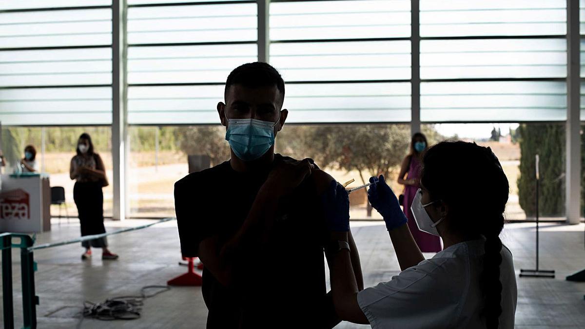 Un zamorano recibe la vacuna contra el COVID en Ifeza. |