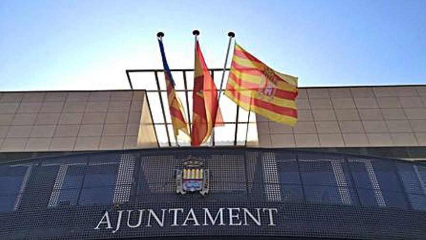 La bandera de Canet vuelve a lucir en el ayuntamiento después de años