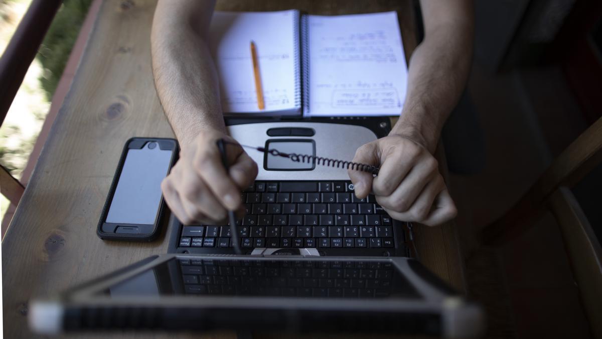 Una persona trabaja con un ordenador.