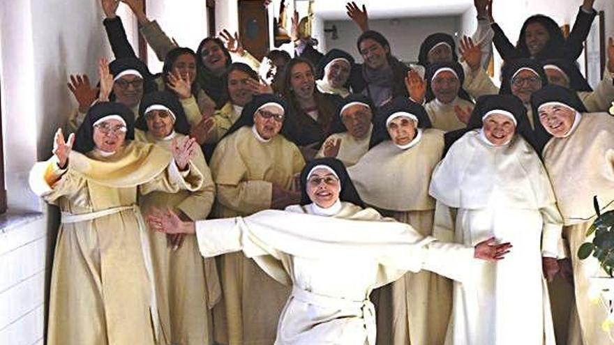 Las religiosas del convento toresano posan con jóvenes participantes en un encuentro anterior.