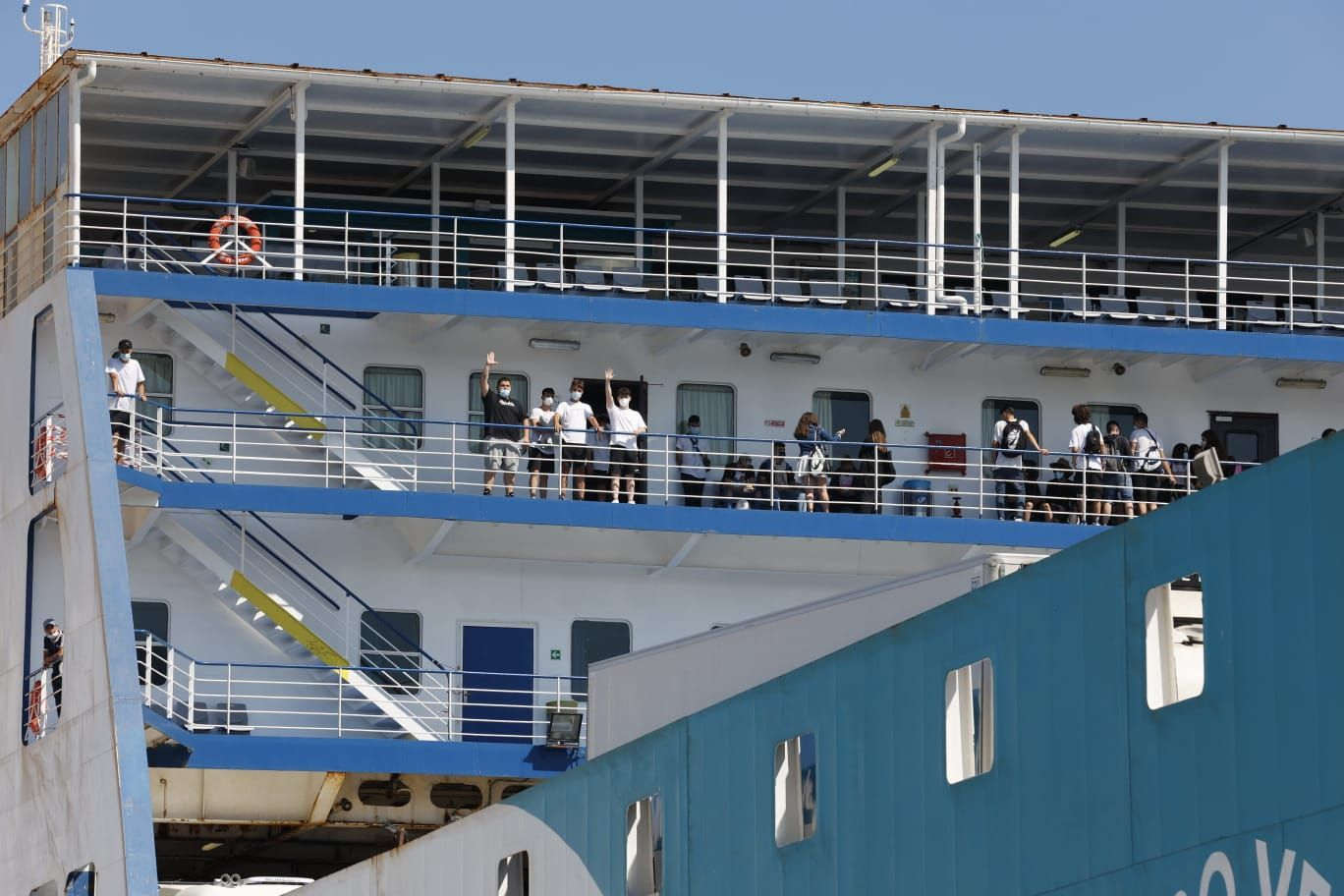 Los jóvenes del macrobrote de Mallorca desembarcan en València