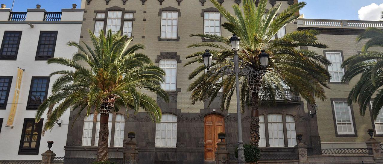Fachada del edificio modernista de principios del siglo XX situado en el número 5 de la plaza de Santa Ana, el cual será el futuro hotel Cordial Santa Ana.