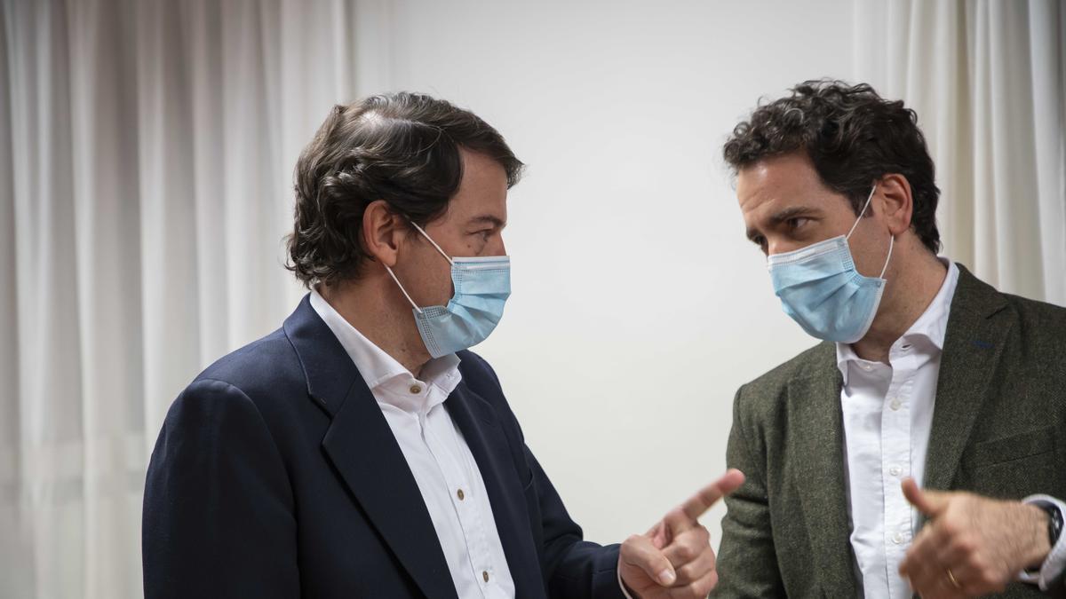 El presidente regional del PP, Alfonso Fernández Mañueco junto al secretario nacional, Teodoro García Egea.