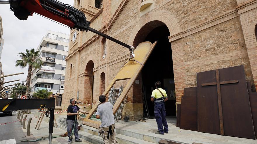 La iglesia arciprestal de La Inmaculada de Torrevieja restaura el portón de su fachada