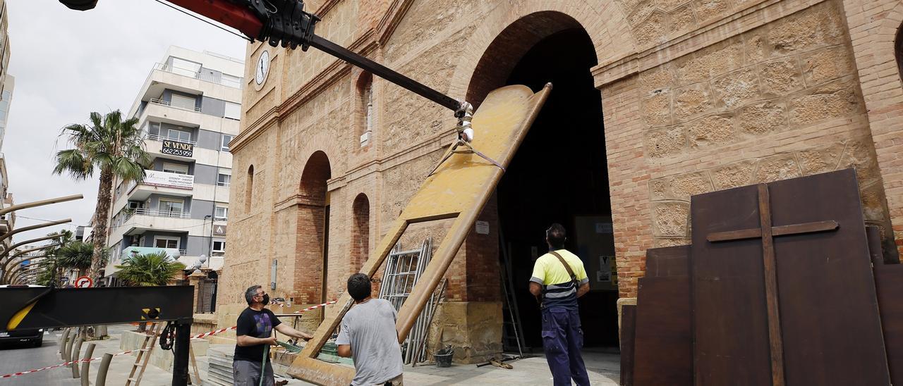 Imagen de la retirada del portón de la iglesia para para su restauración