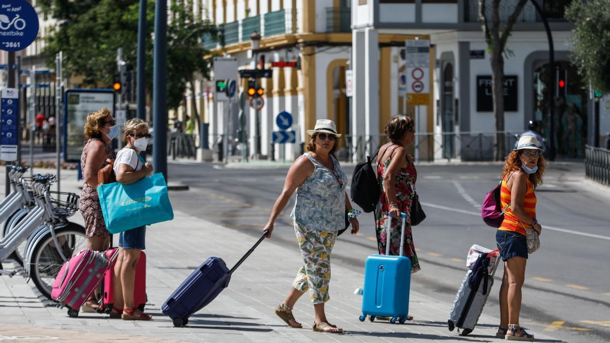 Turistas en el puerto de Ibiza el verano pasado. Zowy Voeten
