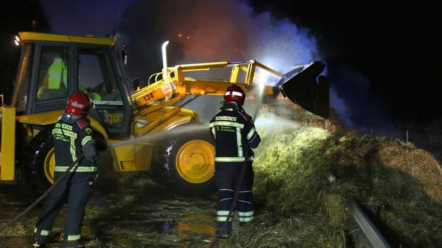 Así ha sido el espectacular incendio de un camión con paja esta noche en Palencia