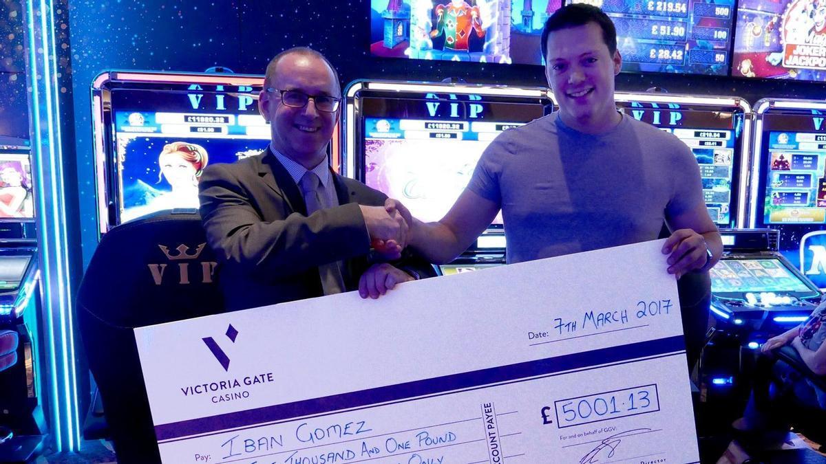 Iban Juvanteny Gómez (a la dreta), després de guanyar 5.001 lliures en un casino de Leeds