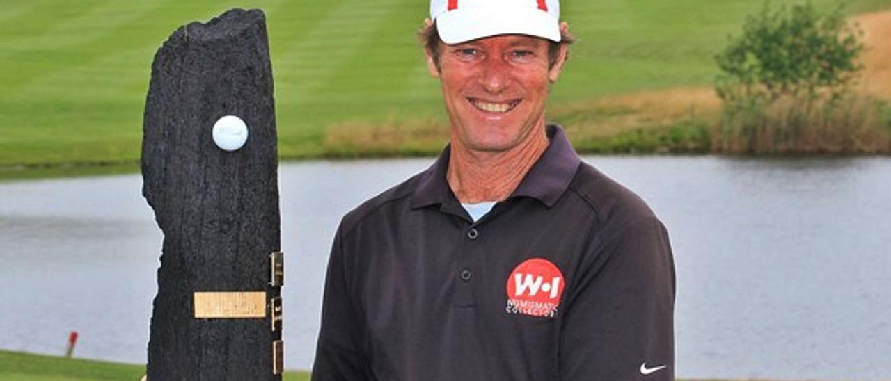Pedro Linhart, con el trofeo que conquistó en el Winston Golf Senior Open de Alemania en el año 2014.     LP/DLP