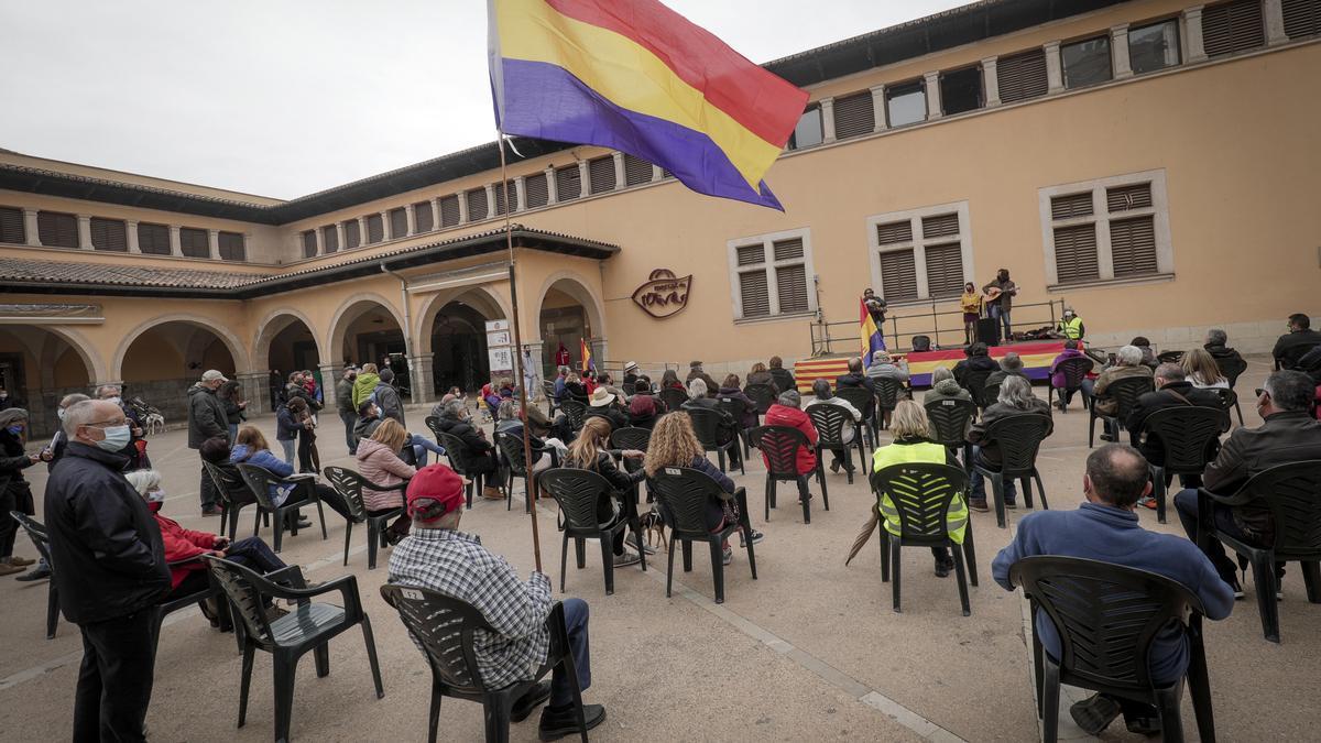 Un momento del acto en recuerdo de la II República celebrado en la plaza del Olivar de Palma