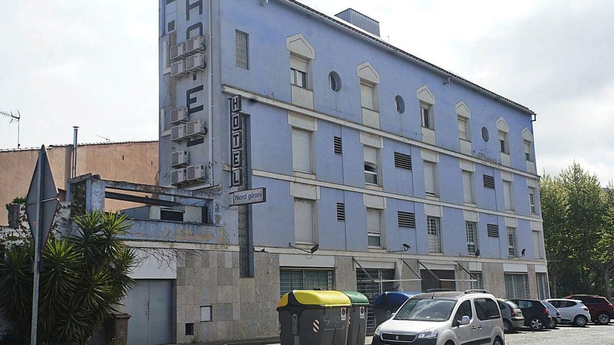 L'hotel Nord Gironí, a Sarrià de Ter, actualment es troba en desús.