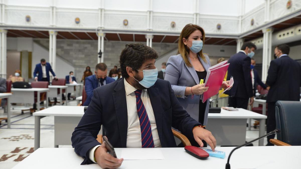 La consejera, de pie, junto al presidente López Miras, hoy en la Asamblea.