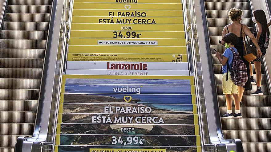 El TRAM de Luceros sustituye la bandera LGTBI por publicidad
