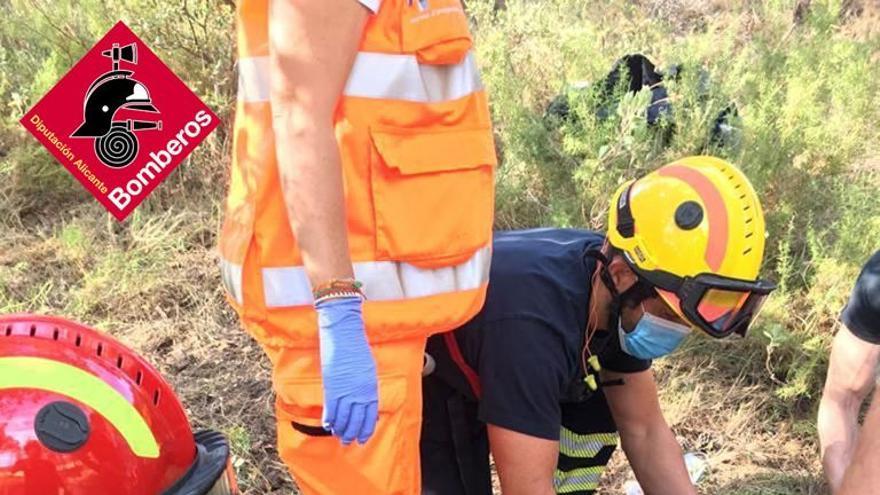 Los bomberos rescatan a un motorista tras caer por un barranco en Banyeres