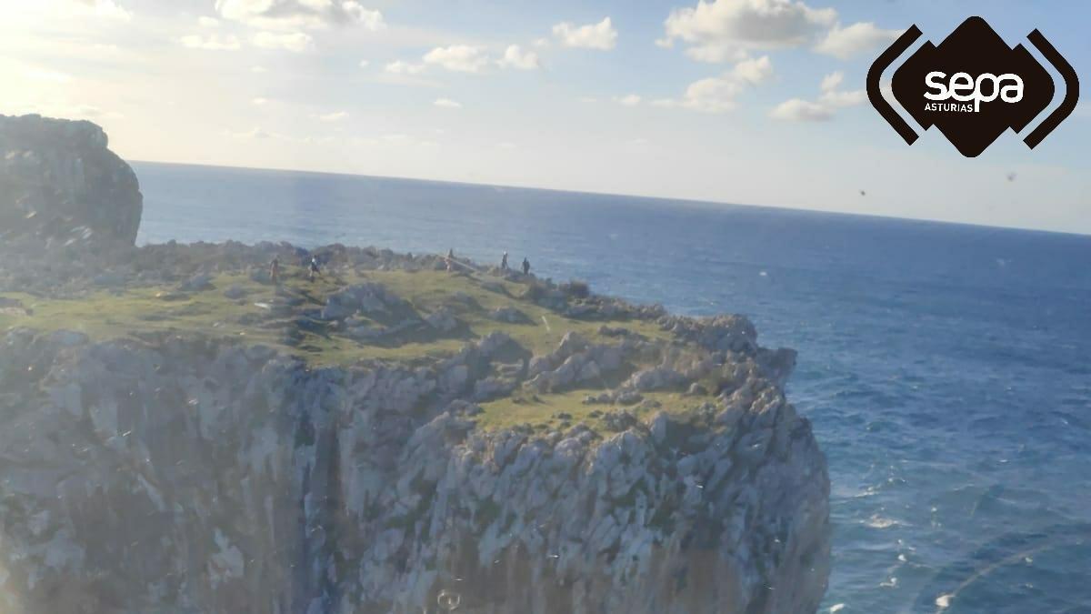 Rescatan a un hombre que fue arrastrado por el mar hacia unas rocas mientras nadaba en Llanes