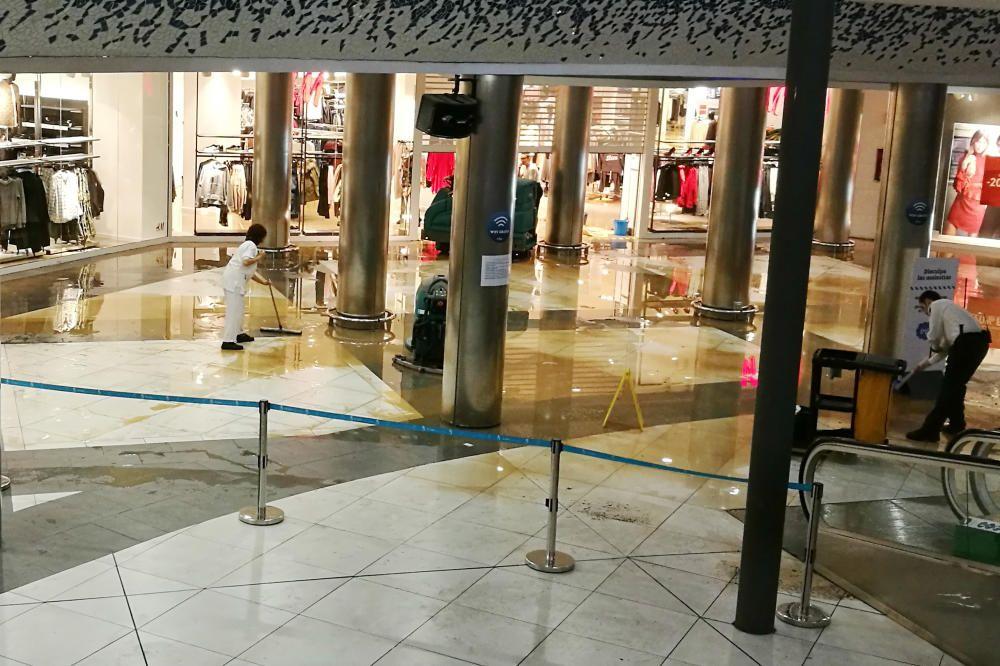 El Centro Comercial El Saler, en Valencia, convertido en una balsa.