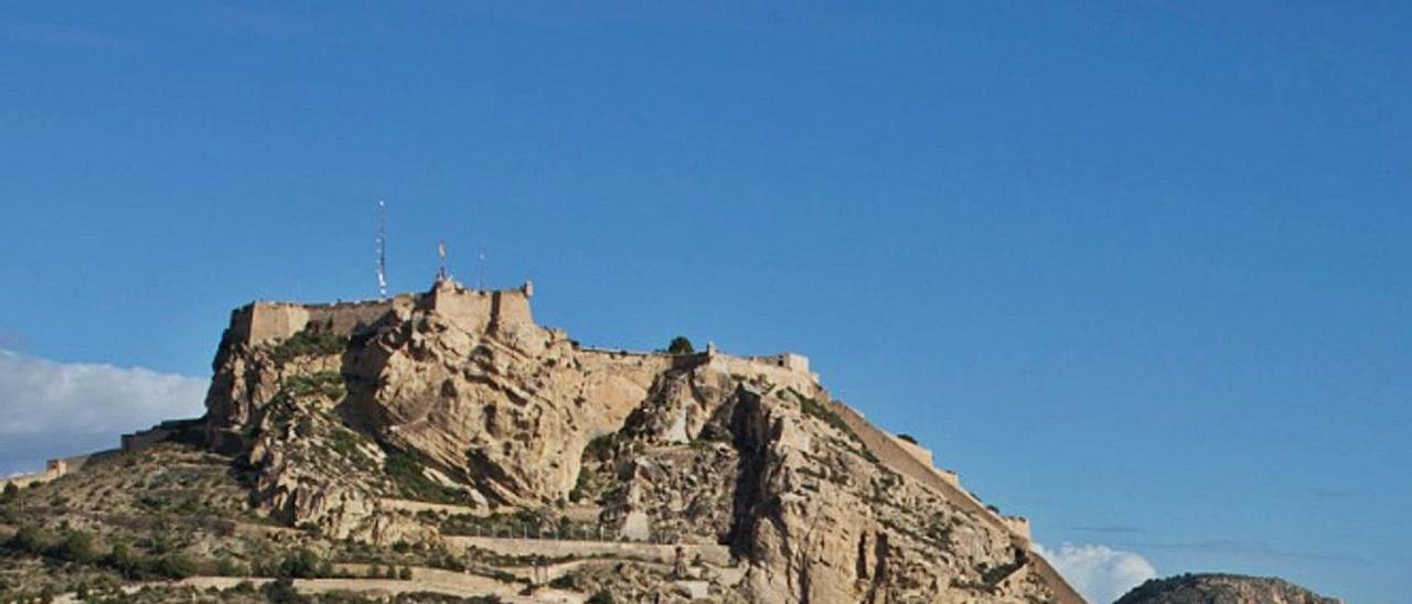 El castillo de Santa Bárbara visto desde el Casco Antiguo de Alicante.  | JOSE NAVARRO