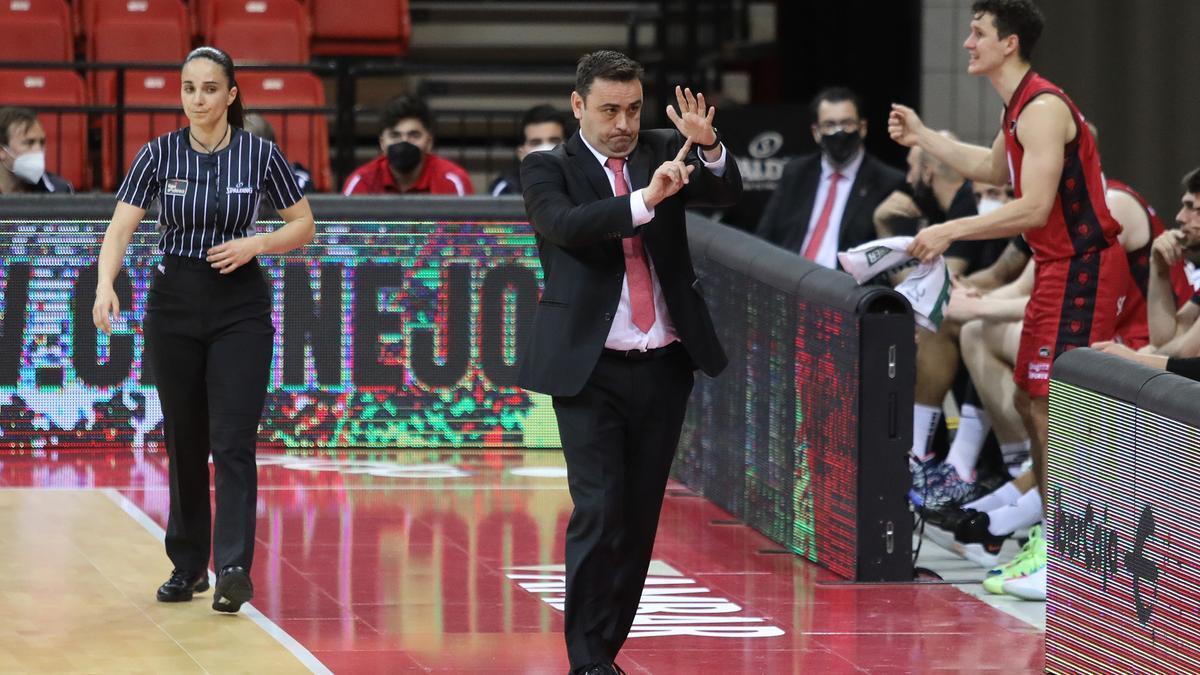 Sergio Lamúa pide un tiempo muerto durante un partido en su etapa en el Casademont Zaragoza