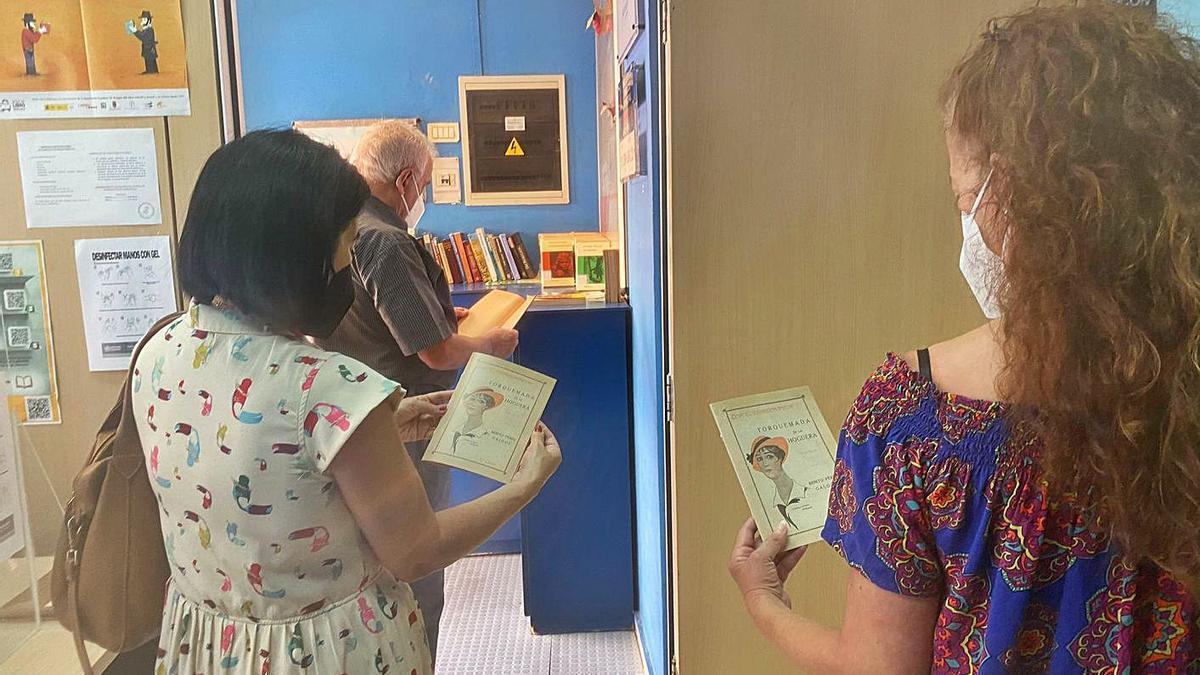 Lectores que asistieron ayer a la Biblioteca Municipal de San Sebastián de La Gomera para recibir un ejemplar de 'Torquemada'.     LP