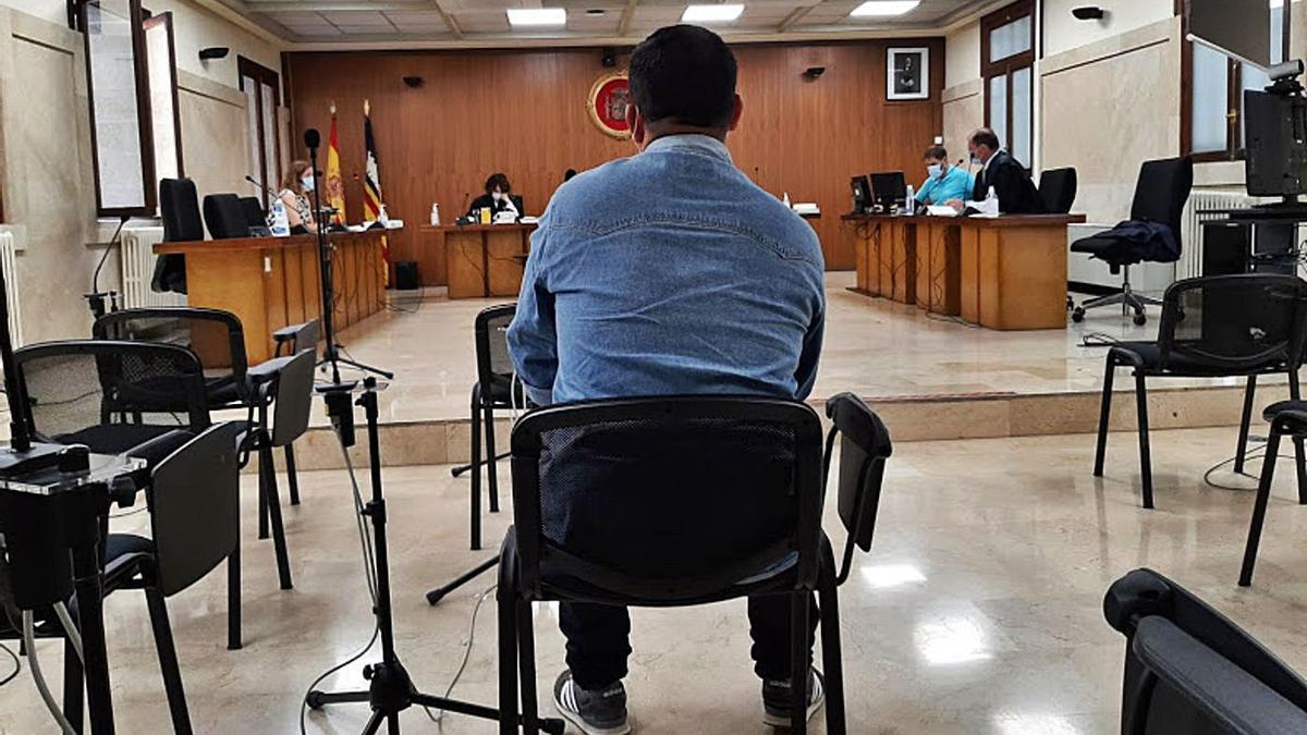 El acusado de abusar sexualmente  de la niña, ayer, durante el juicio en la Audiencia.