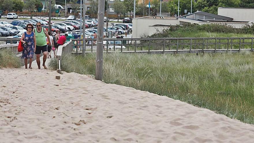Costas retirará la arena de las pasarelas de acceso a la playa de San Juan