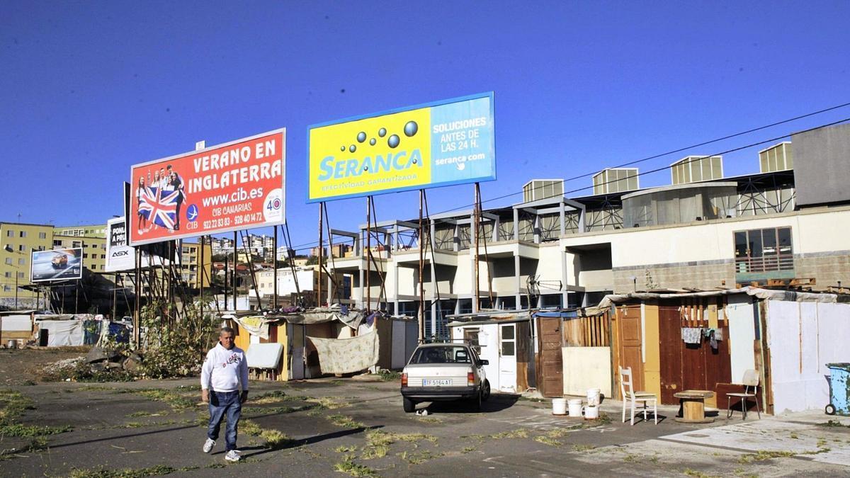 Asentamiento de personas sin hogar en el Pabellón Pancho Camurria de Santa Cruz de Tenerife, donde reparte el Banco de Alimentos.
