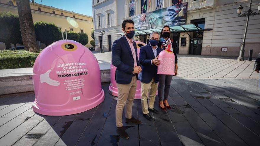 Contenedores rosas por el cáncer de mama