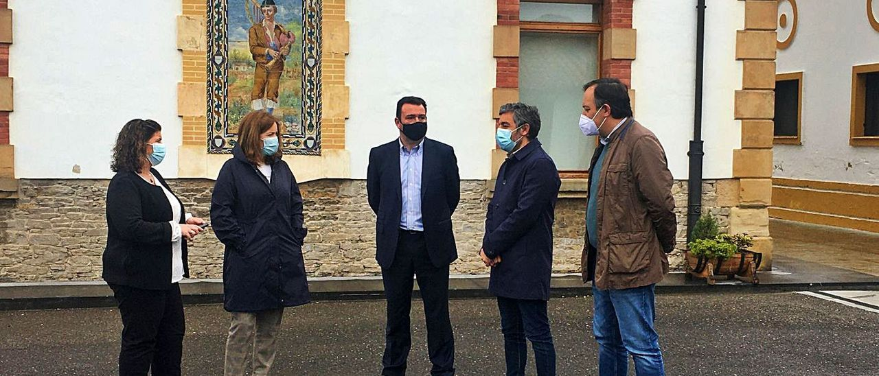De izquierda a derecha, la directora comercial de El Gaitero, María Cardín; la directora general de Desarrollo Rural y Agroalimentación, Begoña López; el director general de Sidra El Gaitero, Ricardo Cabeza; el consejero de Medio Rural, Alejandro Calvo, y el alcalde de Villaviciosa, Alejandro Vega.