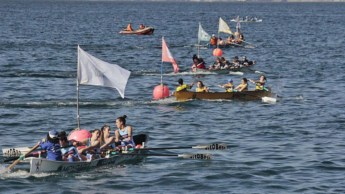 Una de las regatas disputadas ayer en aguas de Bueu.    // SANTOS ÁLVAREZ