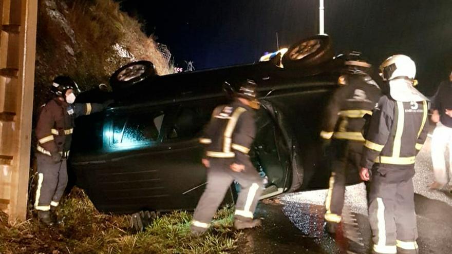 Un hombre resulta herido tras volcar con su coche en Tineo