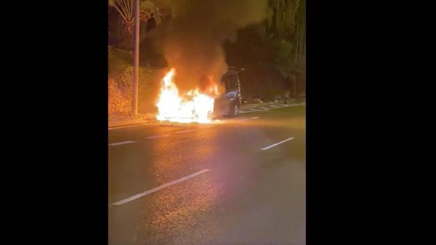 Incendio de un vehículo en la avenida de Dénia de Alicante