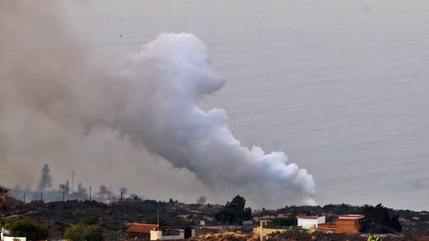 La calidad del aire empeora en La Palma  y las carreteras se borran