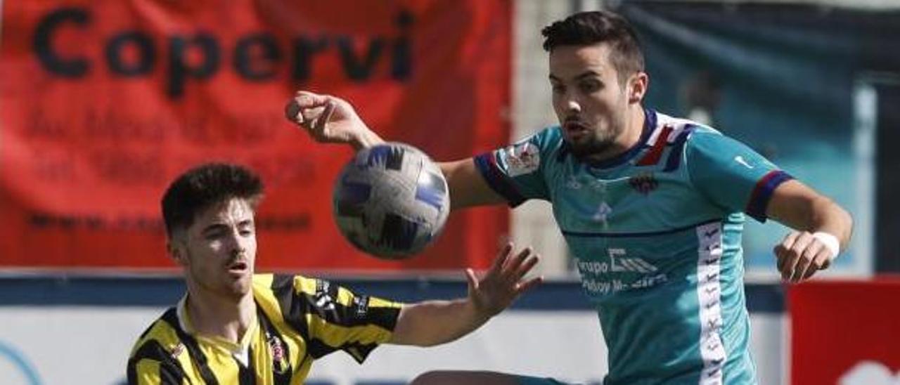 Nando controla el balón ante un futbolista del Rápido de Bouzas. |  // R. GROBAS