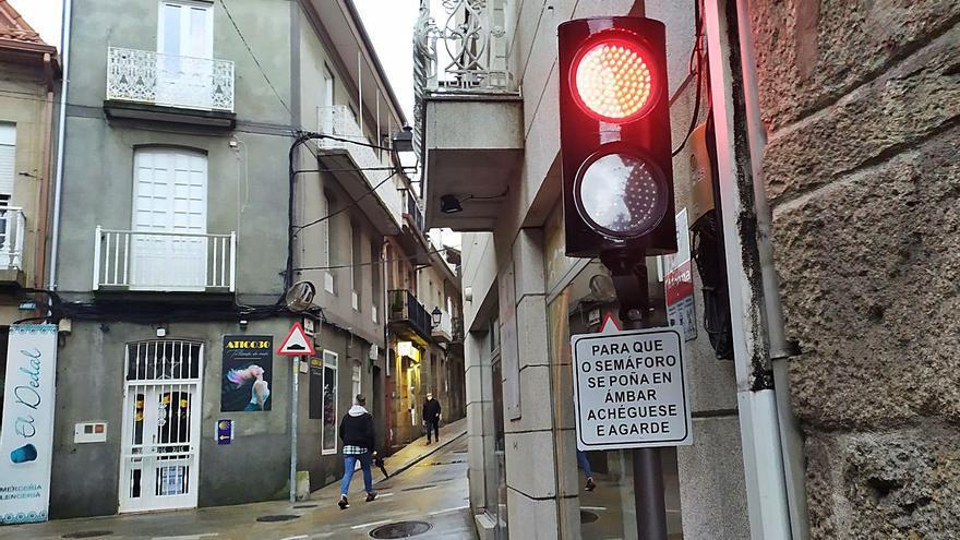 Un novedoso semáforo garantiza la seguridad en el centro de Redondela
